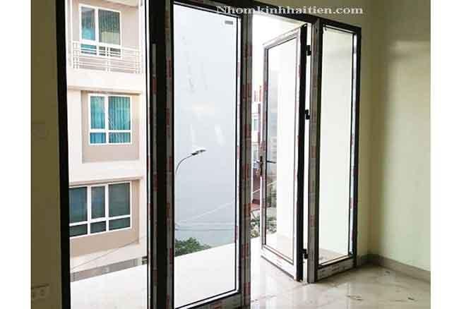 Cửa mở 2 cánh ban công nhôm Xingfa thi công tại Văn Phú