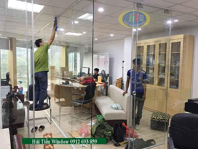 Vách kính ngăn văn phòng làm việc giá rẻ tại Hà Nội