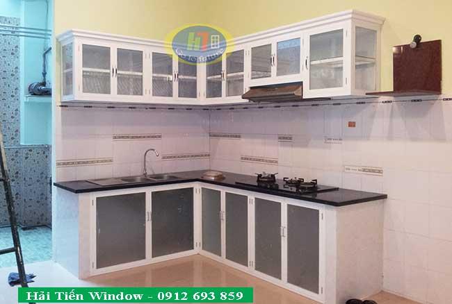 Tủ bếp trắng sứ bằng nhôm kính sang trọng