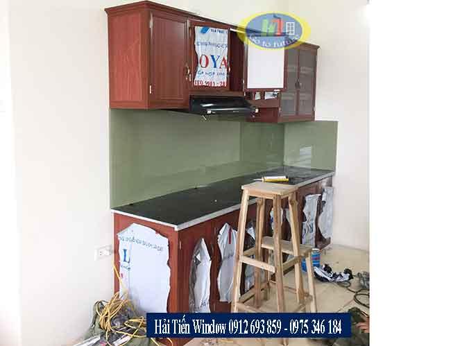 Tủ bếp nhôm chữ I và kính ốp bếp màu quả trám