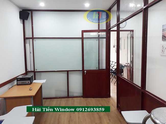 Vách nhôm kính vân gỗ cho văn phòng hiện đại